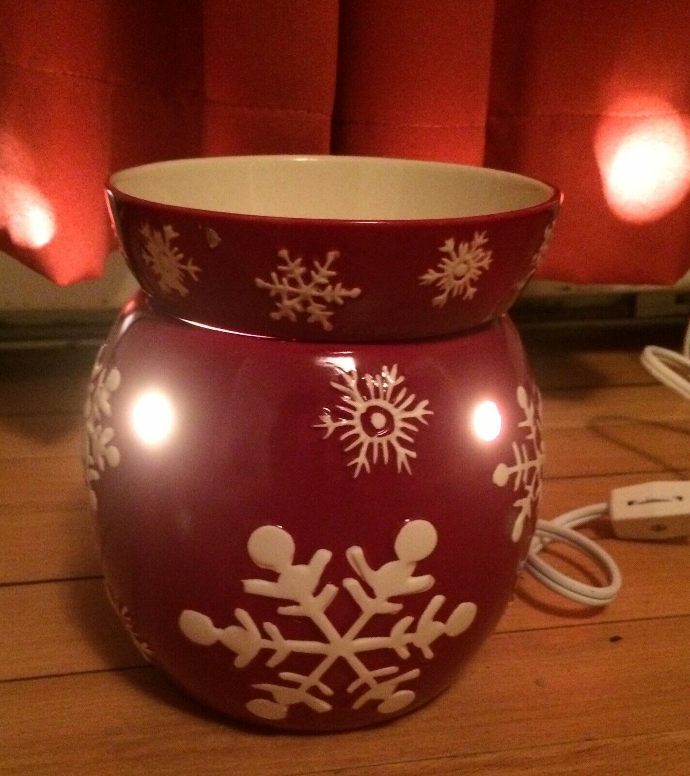 Scentsy Full Sized Retired Red Snowflake Pre-owned in Box Christmas Collection