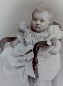 Baby-im-Kleidchen-auf-Stuhl-Foto-Fotographie-Wilcke-Hamburg