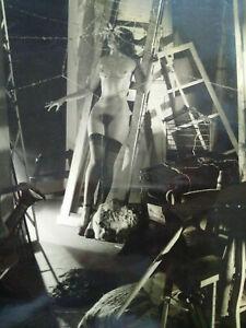 Grande-photo-argentique-surrealiste-mannequin-nu-decor-theatre-annees-60-curiosa