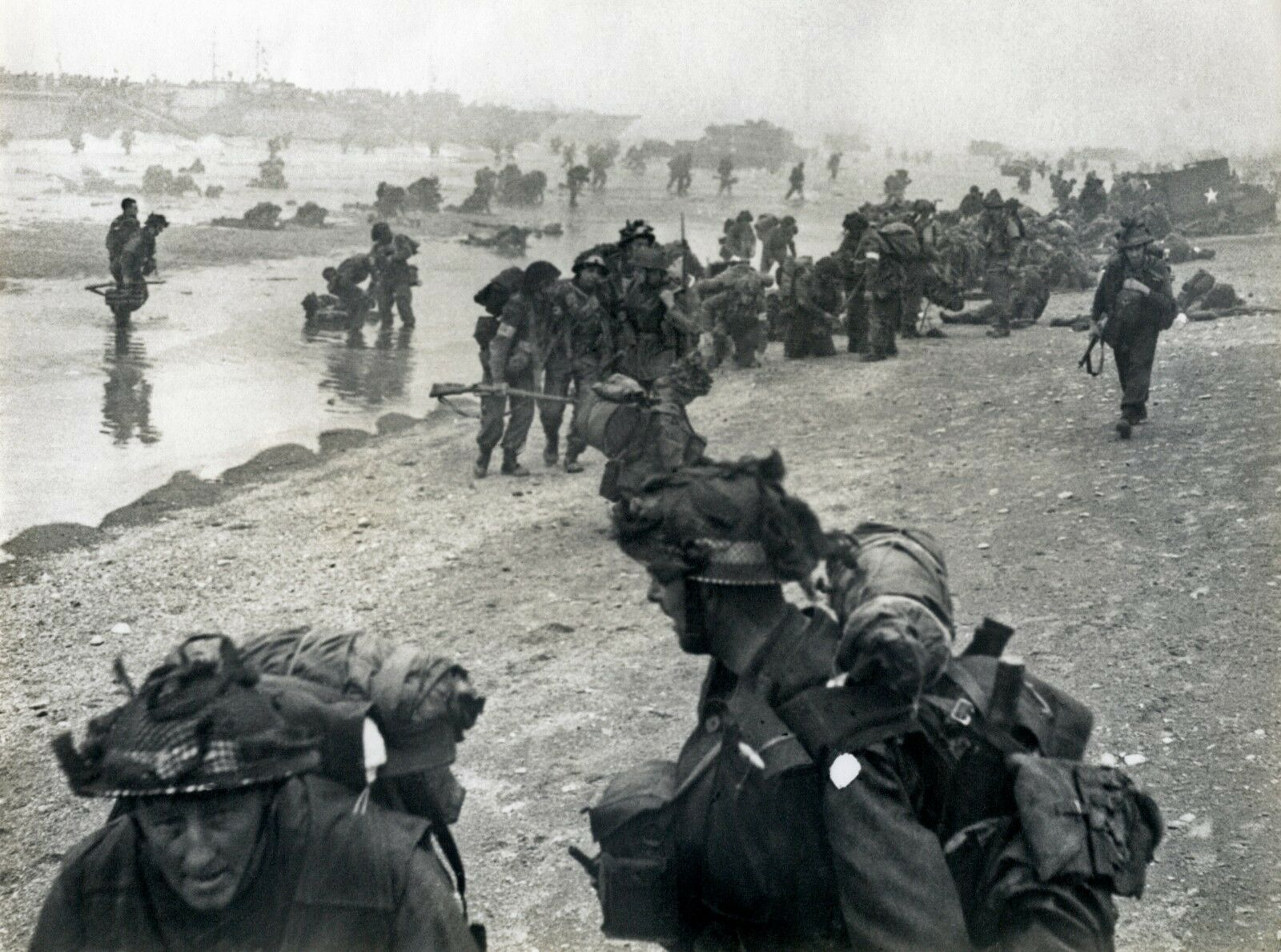 BRITISH ARMY D DAY 1944 BEACH ASSAULT    Military Photo Print