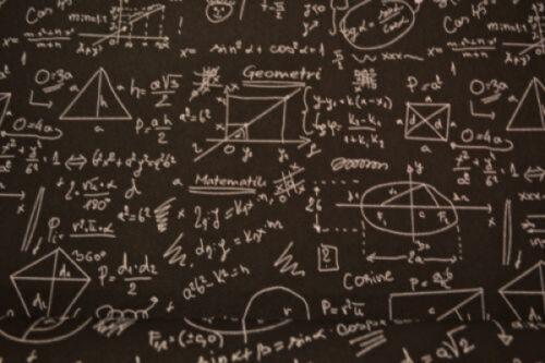 Kunstleder mit Matheformeln bedruckt Polsterstoff schwarz weiß Mathematik Stoff
