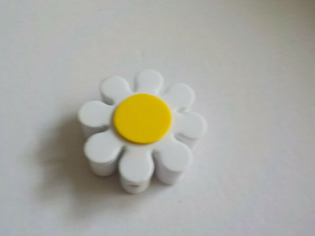 White and Yellow Daisy Car Aerial Ball Antenna Topper