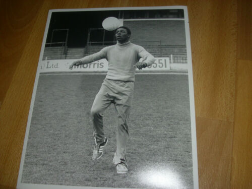 Circa 1970' s Football PLAYER Training 10 x 8 PRESS Photo FREE P & P #24