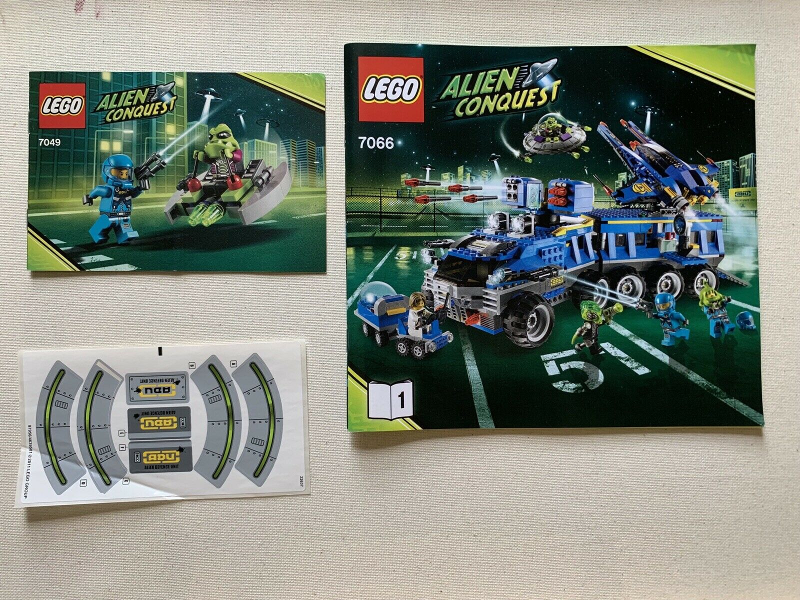 Lego Alien Conquest Earth Defence HQ and Space Alien Striker 7066 7049