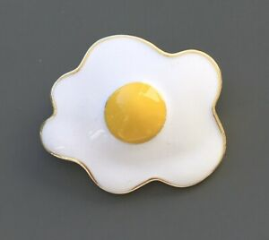 Unique-Fry-egg-brooch-in-enamel-on-metal