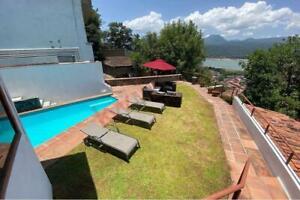 Casa en Valle de Bravo con alberca y espectacular vista al lago.