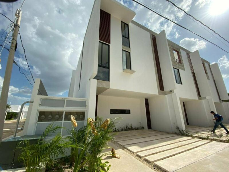 TOWN HOUSE DE LUJO COMPLETAMENTE EQUIPADO CERCA DE PLAZA COMERCIAL AL NORTE DE MERIDA YUCATAN