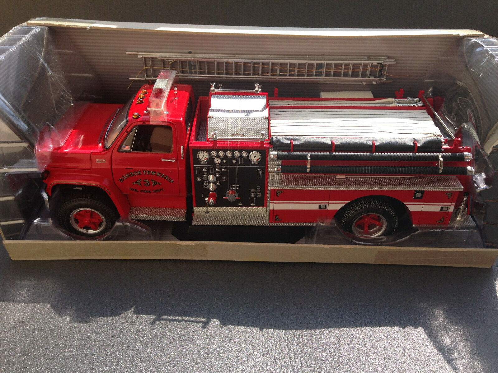 GMC Heavy-Duty Fire Truck Highway 61 Fire Engine 1 16 + 4 Figures 1 18 New in Original Box