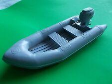 R.i.b. completo con motore fuoribordo. modello di barca di raccordi.