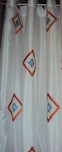 2-Vorhaenge-Gardinen-Deko-Schals-weiss-Raute-bunt-Stickerei-Osen-B-H-140-x-245-cm