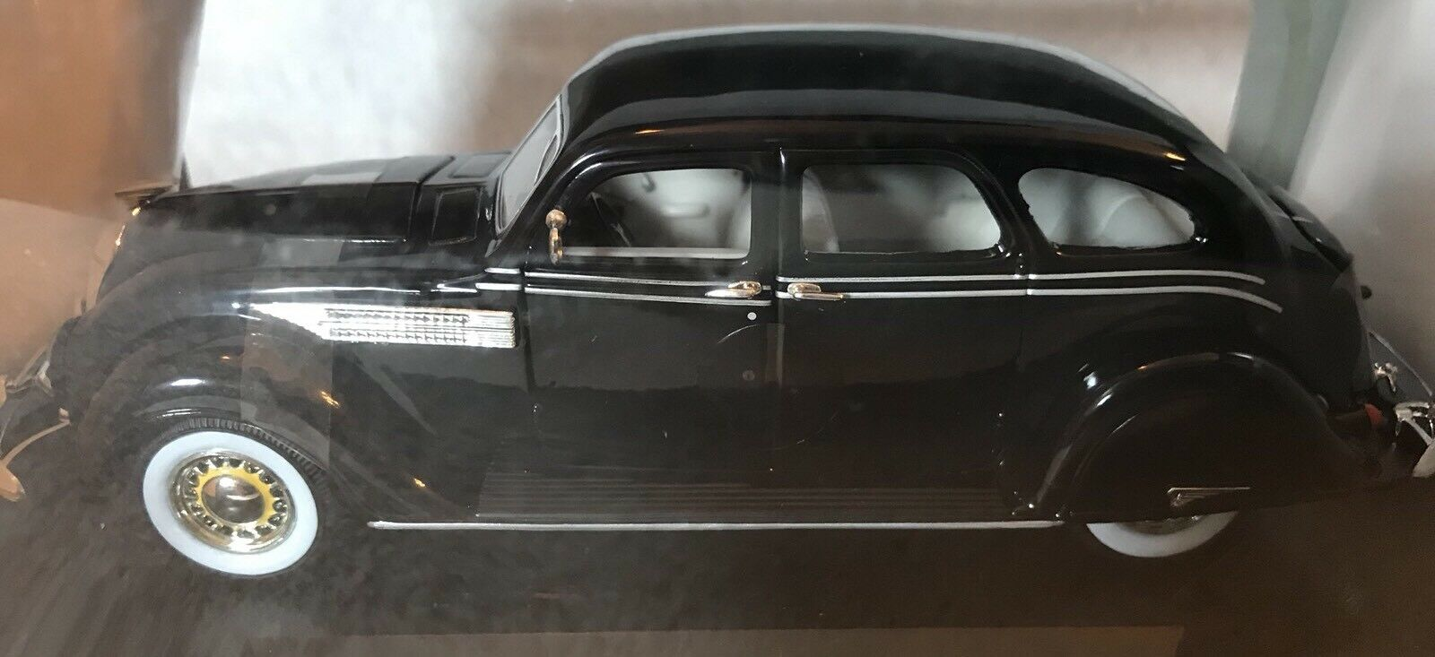 Signature Models 1936 Chrysler Airflow Die Cast Car 1 32  In Box w  Stand