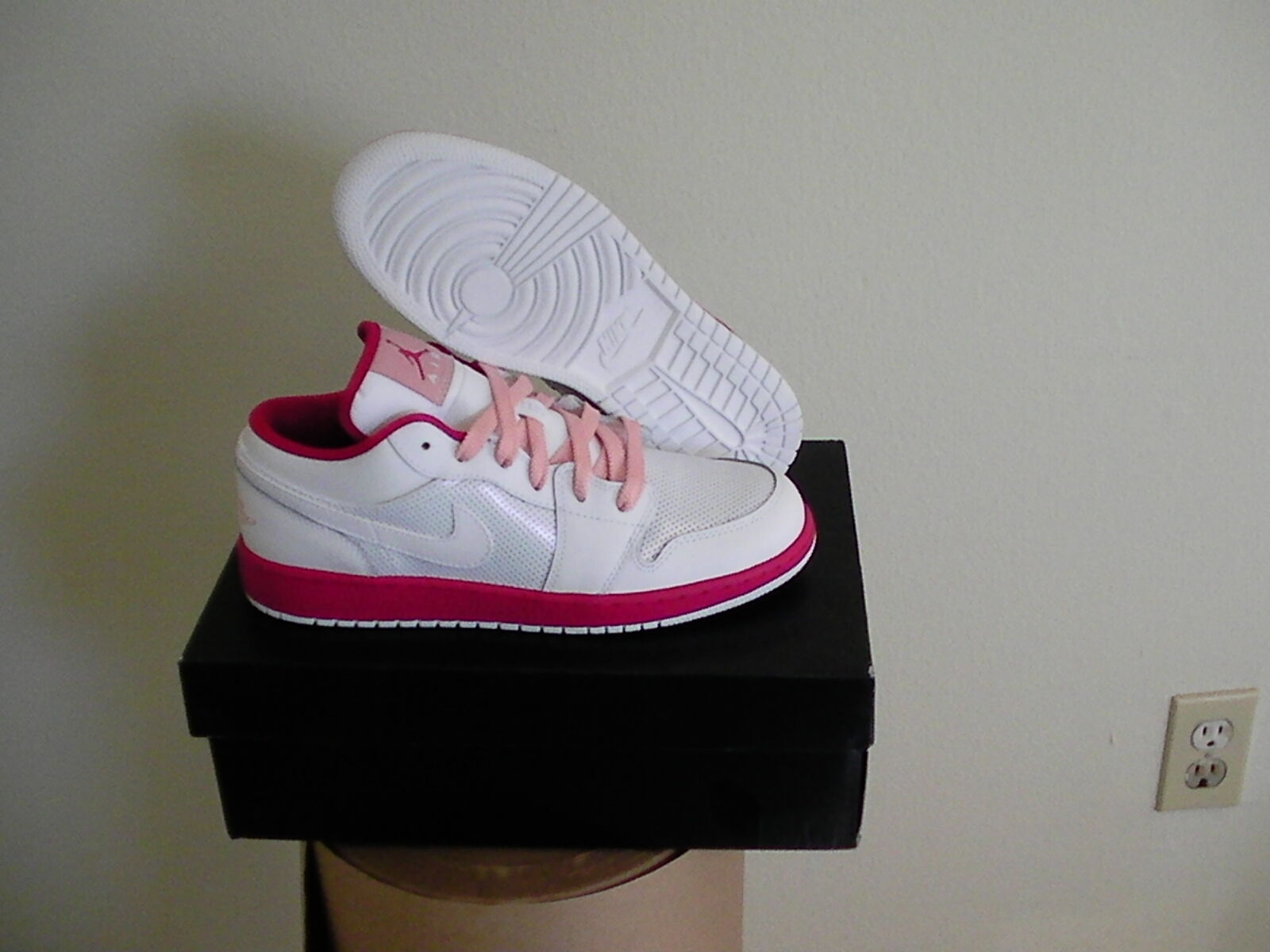 Girls air jordan 1 low (GS) size 5 Youth white voltage cherry pink
