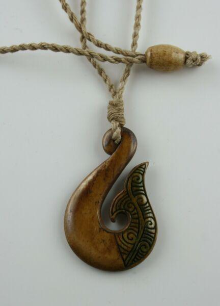 Offen Maori Bone Carving Hei Matau Fishhook Neuseeland Gefärbt Kette Anhänger
