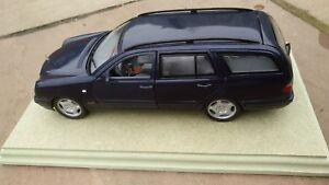 Anson-1-18-30328-Mercedes-Benz-W-210-T-e-420-Clase-Kombi-Azul-Pedestal-Coche-de-juguete