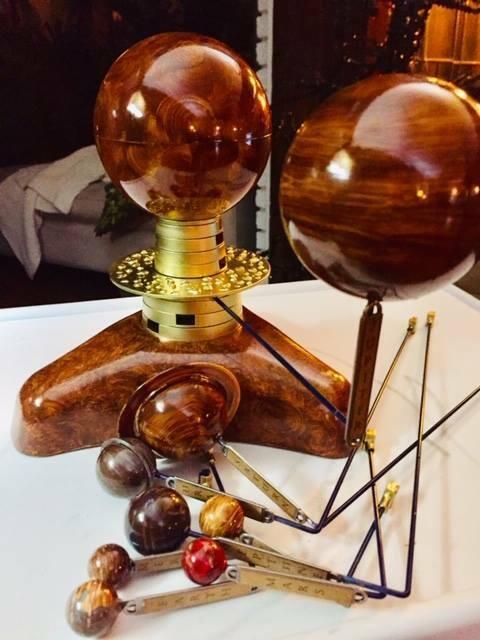 Modelo del sistema solar planetario artista hizo Orrery cinética