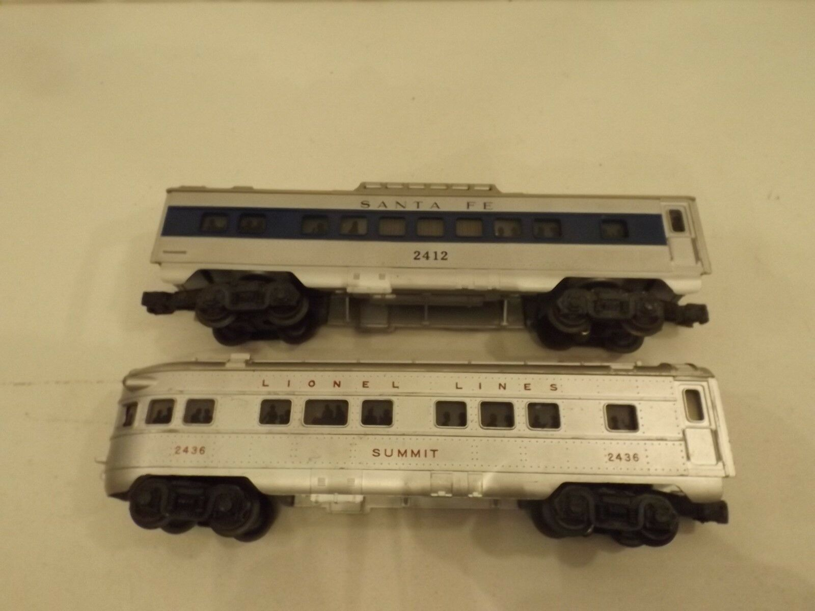 (2) O Lionel passenger cars, and