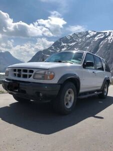 2000 Ford Explorer XLT V8 - Low Mileage & Great Condition!!