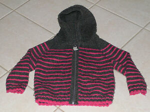 386-Veste-a-capuche-3-ans-tricotee-main-grise-a-rayures-roses-style-marin