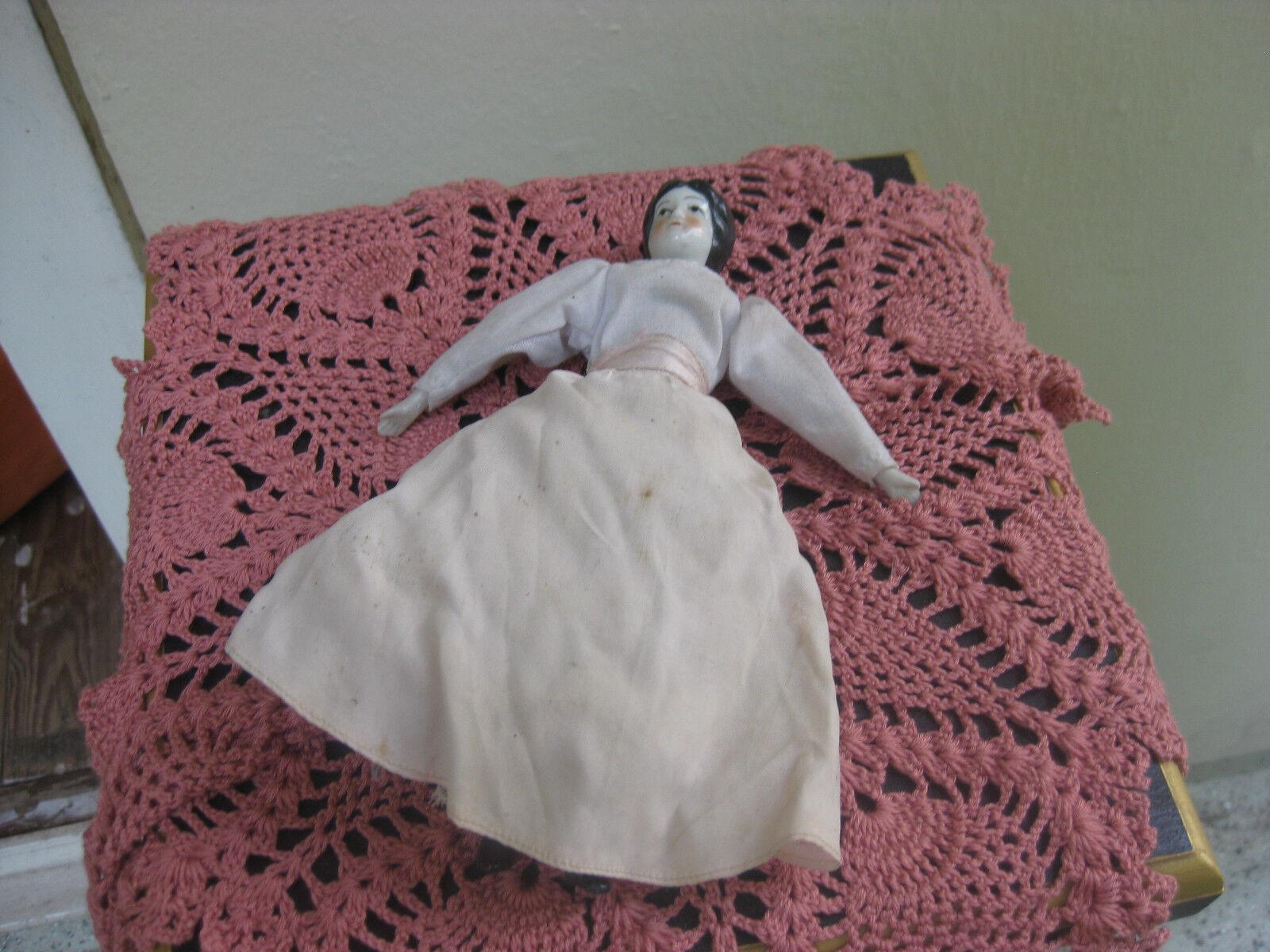 Biedermeier muñeca de porzelan y tela.