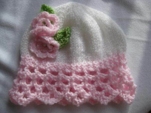 Hand knitted baby chapeau blanc//rose dentelle bord fleur taille 0-24 mois neuf