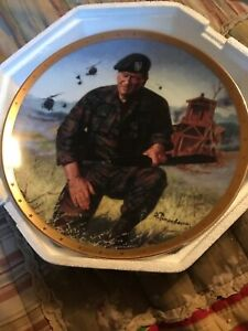 John-Wayne-Legendary-Green-Beret-Collector-Plate-in-excellent-With-Stand