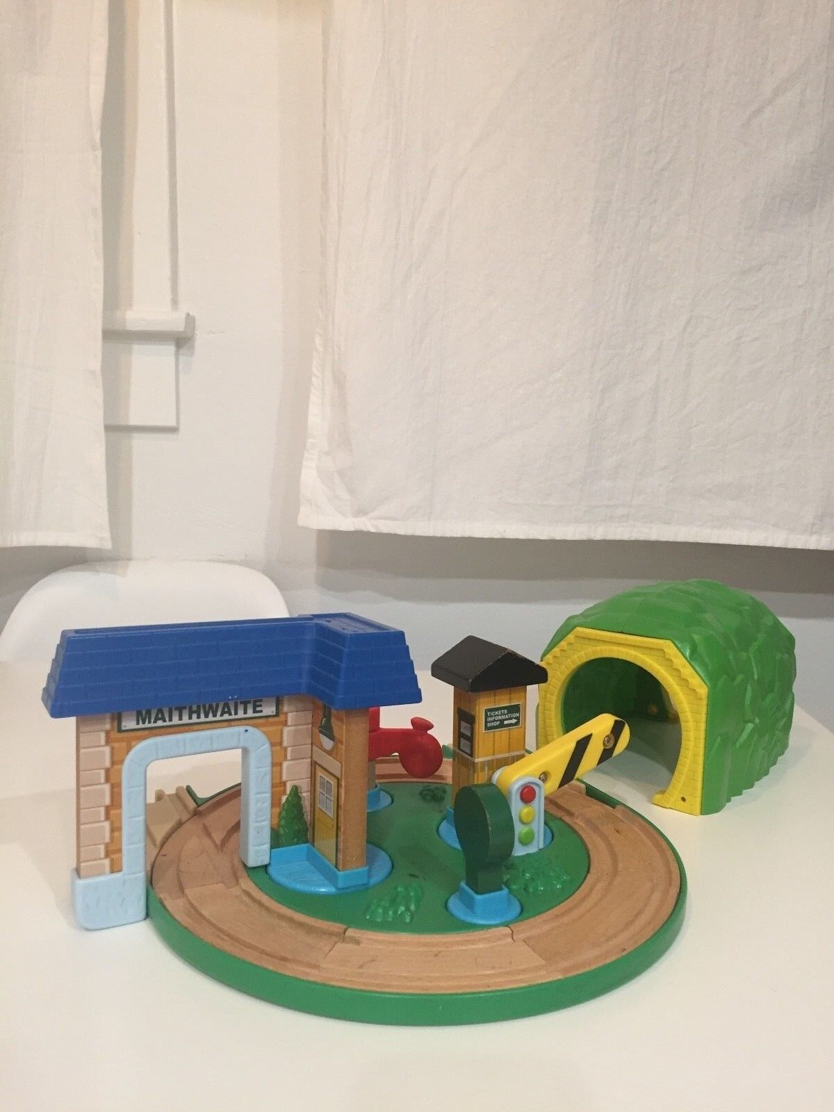 THOMAS AND FRIENDS WOODEN RAILWAY- EARLY ENGINEERS ROUND ABOUT STATION