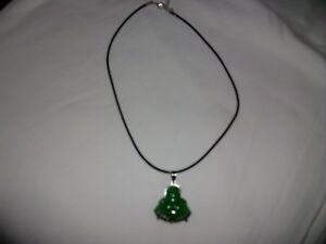 Amulette porte-bonheur en forme de rose en jade verte naturelle avec lien en cuir