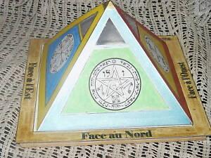 Pyramide-avec-talismans-Magiques-peinte-a-la-main-Esoterisme-rare-inedit