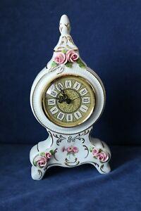 Porzellan-Uhr-Rosen-aufgesetzt-Gold-bemalt-Kaemmer-Rudolstadt-Hoehe-20cm-Quartz