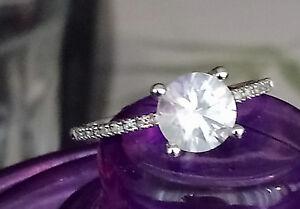 Solitario-anillo-de-compromiso-de-oro-blanco-con-un-gran-topacio-y-diamantes