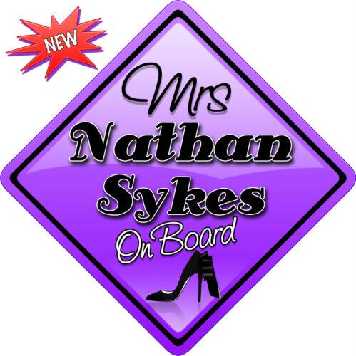 Mme Nathan Sykes voulait la Nouveauté signe de voiture comme bébé à bord de nouveaux
