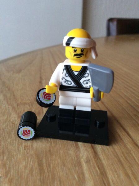 DernièRe Collection De Lego Minifigure Neuf Lego Ninjago Sushi Chef Série 71019 Numéro 19 Avec Support.
