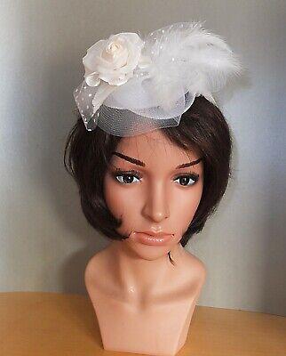 Fascinator Haarschmuck Haarreif Hut Headpiece Weiß Federn Blume Satin Polka Netz