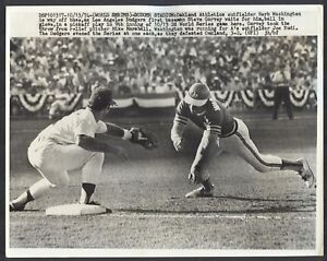1974-WORLD-SERIES-Wire-Photo-DODGERS-Garvey-Marshall-Pickoff-A-039-s-Herb-Washington