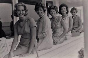 JACQUES-LOWE-LES-FEMMES-KENNEDY-CIRCA-1962-01