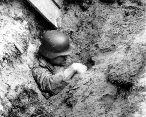 RT032 GERMAN TRIES TO DIG OUT AFTER BURIED IN NORMANDY BOMBARDMENT  8X10 PHOTO