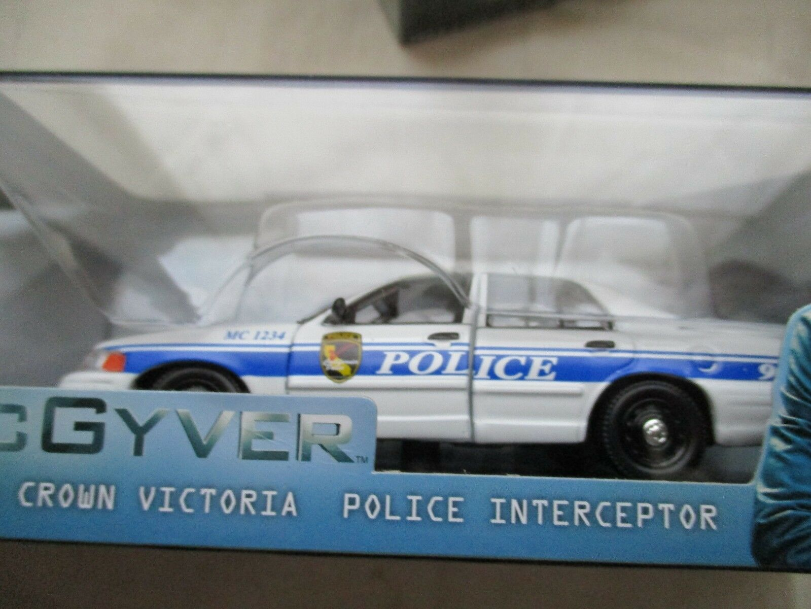 MINIATURE FORD CROWN VICTORIA POLICE INTERCEPTOR 2003 MAC GYVER vertLIGHT 1 43