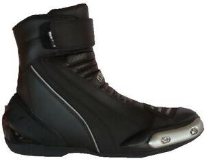 Scarpe-stivaletti-bassi-da-per-moto-con-protezioni-e-sliders-in-di-pelle-nera
