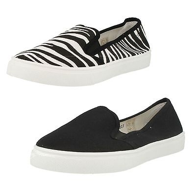 R15B Spot On F8R0027 Ladies White//Zebra or Black Canvas Pumps