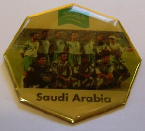 WORLD-CUP-94-USA-SOCCER-SAUDI-ARABIA-TEAM-PICTURE-FOOTBALL-vintage-pin-badge-Z8J