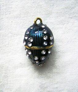 Anhaenger-mit-beruehmten-Kristalen-uebersaeht-Faberge-Stil-Schmuckanhaenger-blau