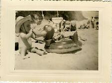 PHOTO ANCIENNE - VINTAGE SNAPSHOT - ENFANT PLAGE JOUET BOUÉE CHAPEAU DRÔLE-BEACH