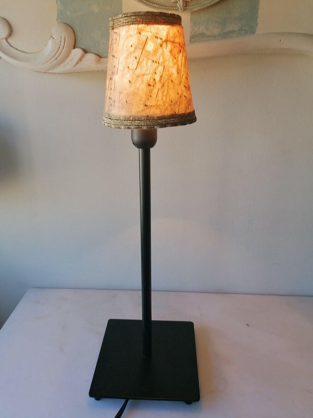 lámpara de sobremesa, tipo vintage, negra y tulipa pergamino.