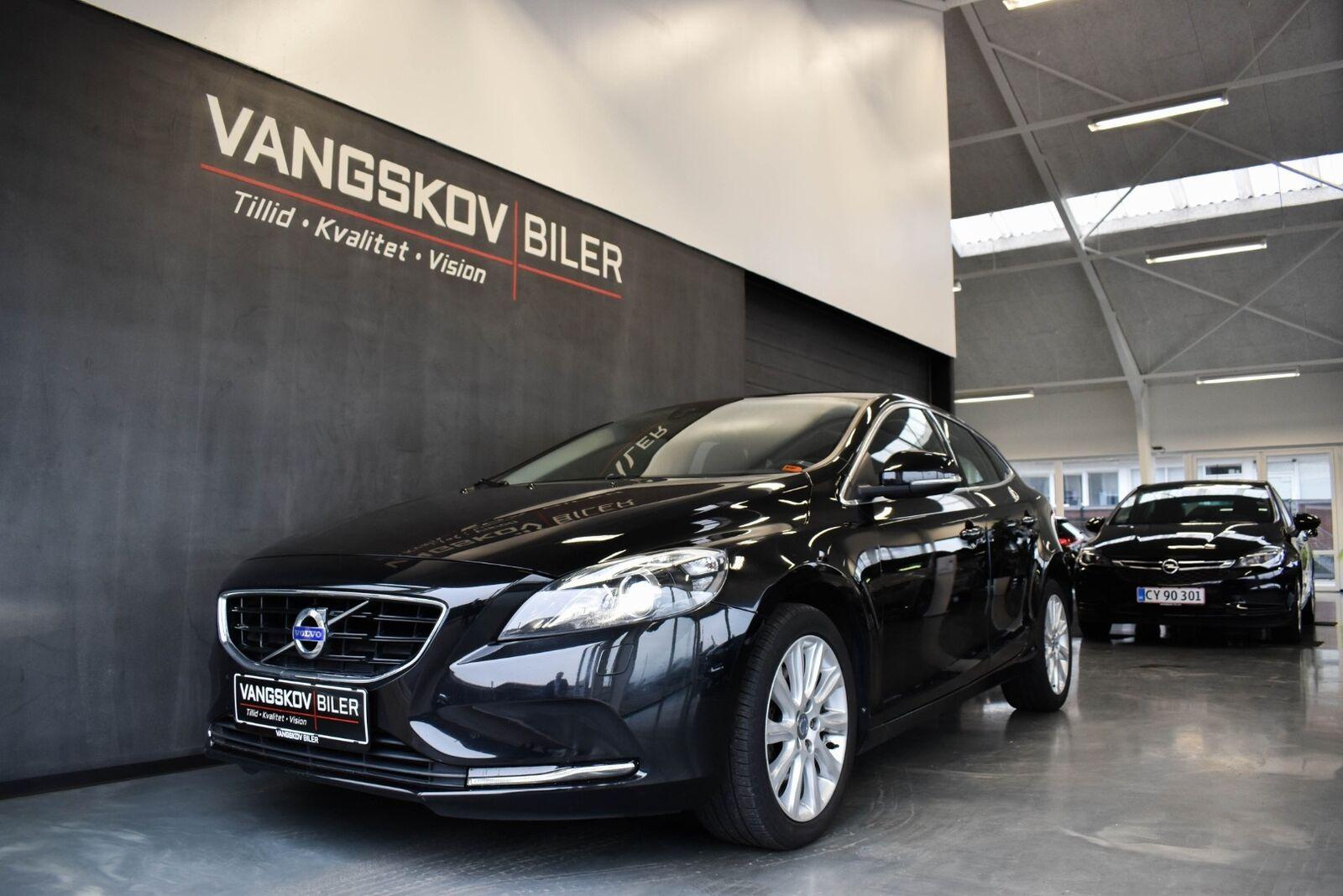 Volvo V40 2,0 T3 152 Momentum 5d - 199.895 kr.