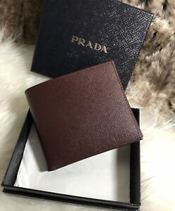 57758dd74319 NWT AUTHENTIC Prada Mens Bifold Wallet In Burgundy Granato Saffiano ...