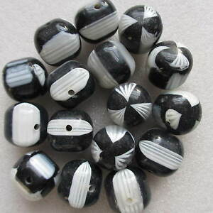 20 Beautiful Round Black /& White Round Beads 18mm For Craft Jewellery Making