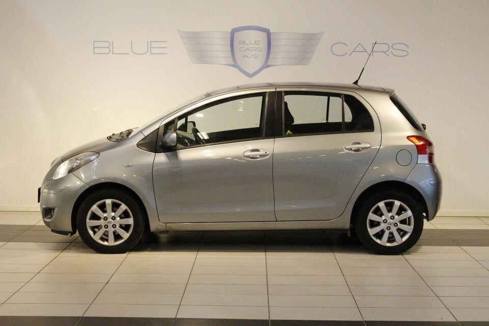 Toyota Yaris 1,3 Benzin modelår 2010 km 99000 Sølvmetal ABS
