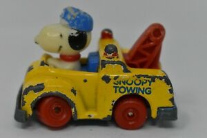 Small-Vintage-Collectible-1983-Snoopy-In-A-Towing-Car-Toy-Made-In-Hong-Kong-6cm