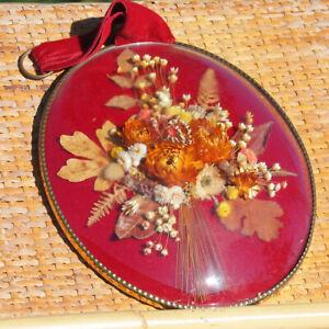 Cadre ovale doré verre bombé bouquet de fleurs séchées fond rouge 24 cm vintage