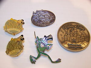DISNEYLAND-PINS-AND-45-YEAR-COIN-GOOFY-MICKEY-NEW-ORLEANS-SQUARE